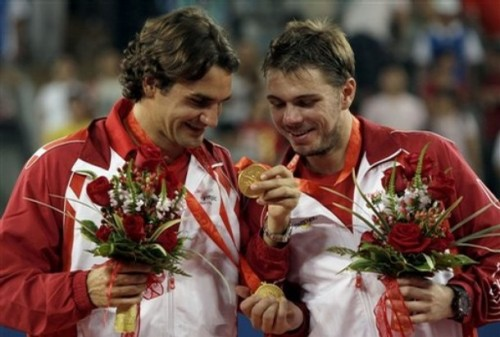 Roger Federer (l) and Stanislas Wawrinka (r) of Switzerland compare Gold Medals